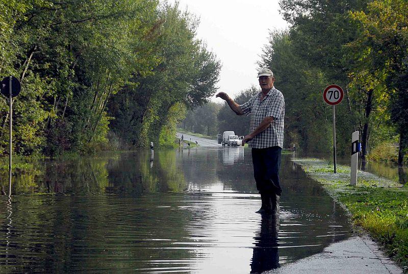 Ludwig Quabeck zeigt, wie hoch das Wasser auf der Industriestraße gestanden hatte.