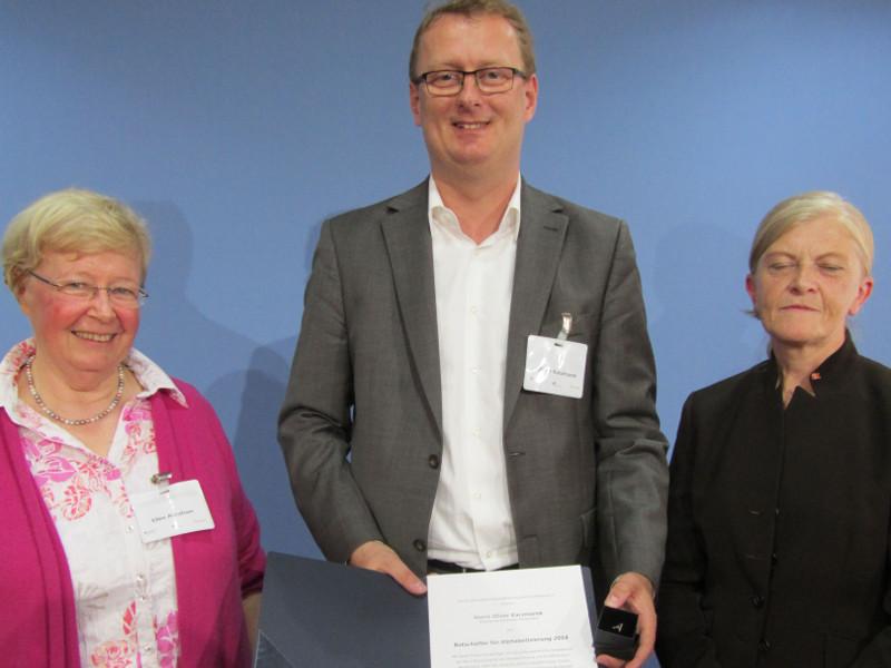 Ellen Abraham und Elfriede Haller (beide Vorstand Bundesverband Alphabetisierung) mit Oliver Kaczmarek