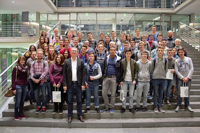 Eine Schülergruppe der Realschule Oberaden besuchte den Abgeordneten Oliver Kazcmarek im Berliner Bundestag.