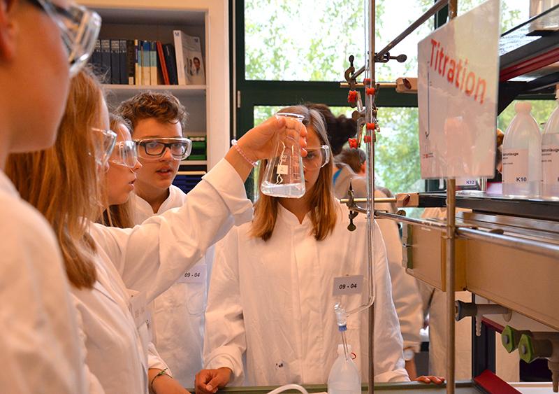 Mischen und Vermengen: Hochkonzentriert gingen die Schülerinnen und Schüler ans Werk.
