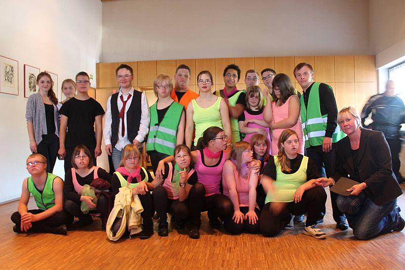 """Die Tanz und Theater Gruppe """"All Inclusive"""" der Initiative Down Syndrom unter der Leitung von Heike Stube-Rosendahl"""
