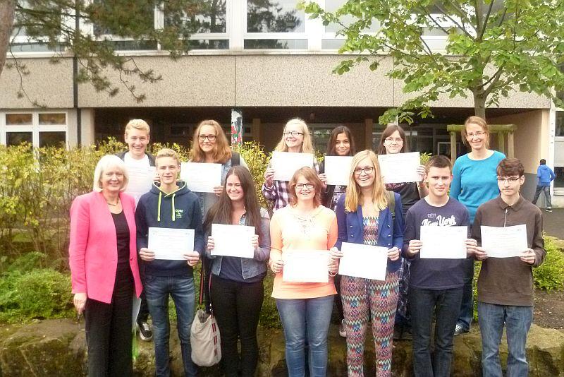 Schulleiterin Bärbel Heidenreich gratulierte den 13 Schülerinnen und Schülern des Gymnasiums zu ihrem Erfolg.