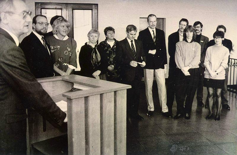 Offizielle Eröffnungsfeier der RAA Kreis Unna 1989 mit Landrat Rolf Tewes (l.), Sozialdezernent Dr. Volkhard Wrage (6.v.r.) und RAA-Leiterin Marina Raupach (vorn, 1.v.r.). Ebenfalls auf dem Foto zu sehen sind der damalige Bergkamener Stadtdirektor Roland Schäfer (2.v.l) und der damalige ehrenamtliche Bergkamener Bürgermeister Wolfgang Kerak (4.v.r.) Foto: Kreis Unna