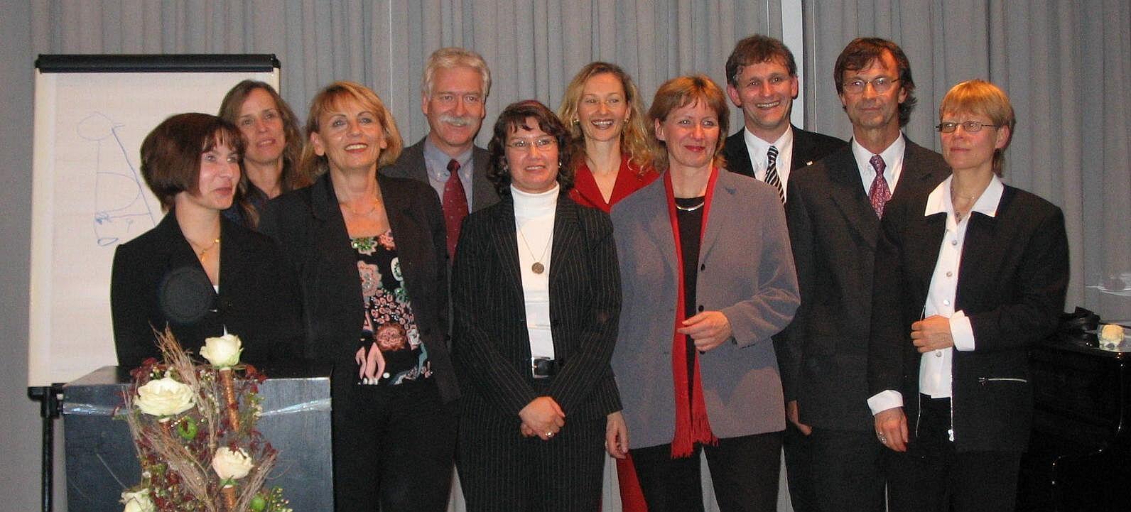 Das RAA-Team beim Jubiläum 2004 mit NRW-Sozialministerin Birgit Fischer (4.v.r.), Landrat Michael Makiolla (3.v.r.), Sozialdezernentin Gabriele Warminski-Leitheußer (Mitte, 2. Reihe) und Fachbereichsleiter Norbert Hahn (4.v.l.). Foto: Kreis Unna