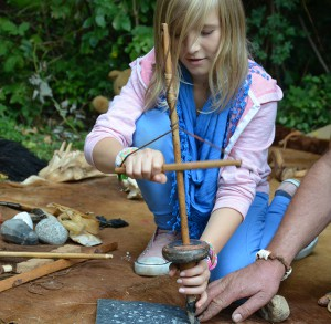 Johanna entdeckt den steinzeitlichen Bohrer.