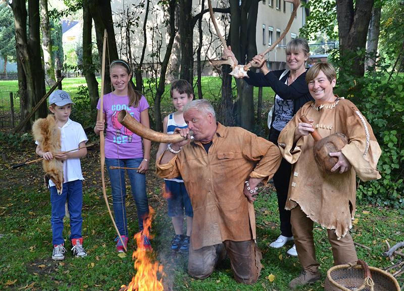 Eine heitere Steinzeitgemeinschaft hatte beim Familiensonntag im Stadtmuseum viel Spaß.