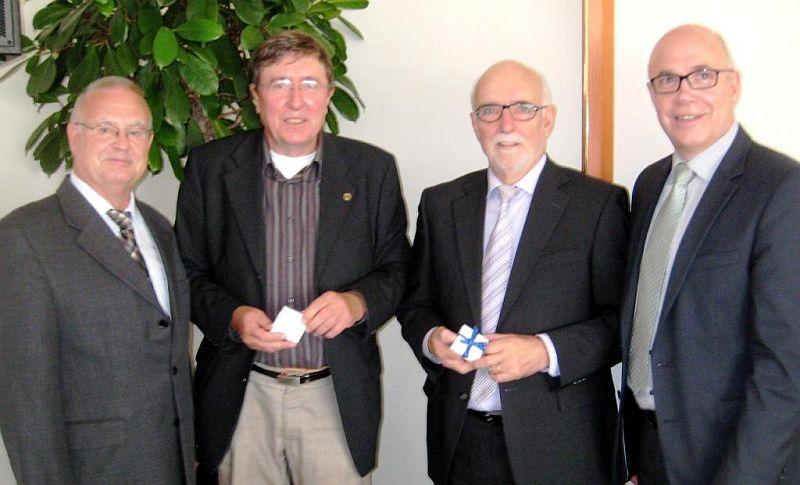 Abschied aus dem Aufsichtsrat des kommunalen Wohnungsunternehmens UKBS nahmen jetzt Uwe Radtke (2. von links) und Horst Mecklenbrauck (2. von rechts). Sie wurden vom Aufsichtsratsvorsitzenden Theodor Rieke (links) und vom Geschäftsführer Matthias Fischer (rechts) mit Dank für ihre Tätigkeit und einem Erinnerungsgeschenk bedacht.