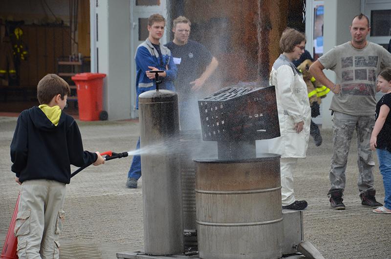 Mit dem Feuerlöscher war engagierter Einsatz gefragt.
