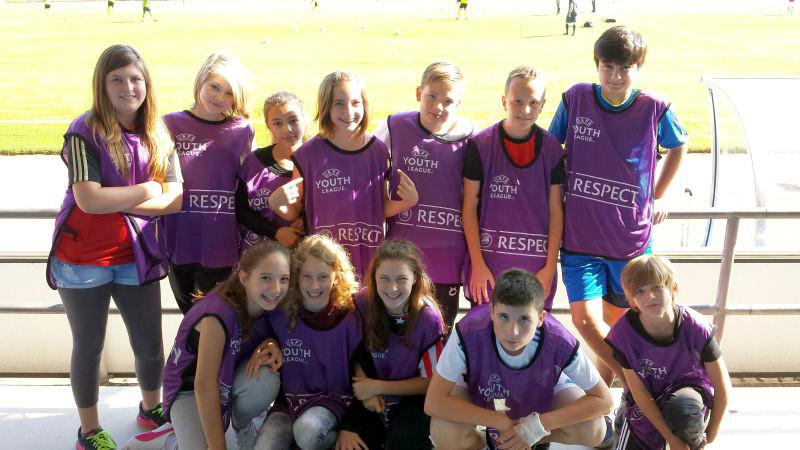 Schüler der 7c der Realschule Oberaden unterstützten am Mittwoch als Ballkinder die U19 des BVB beim Spiel gegen Arsenal London