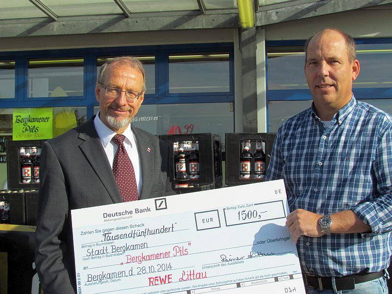 Symbolische Scheckübergabe (v.l.) mit Bürgermeister Roland Schäfer und Rainer Littau