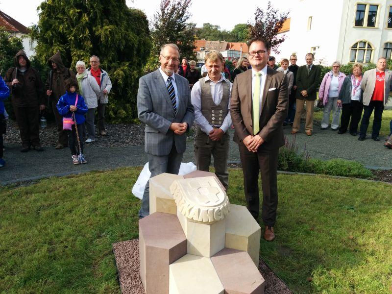 Hettstedts Bürgermeister  Danny Kavalier (r.) und Bürgermeister Roland Schäfer weihten den Bergkamener Platz in der Partnerstadt ein.