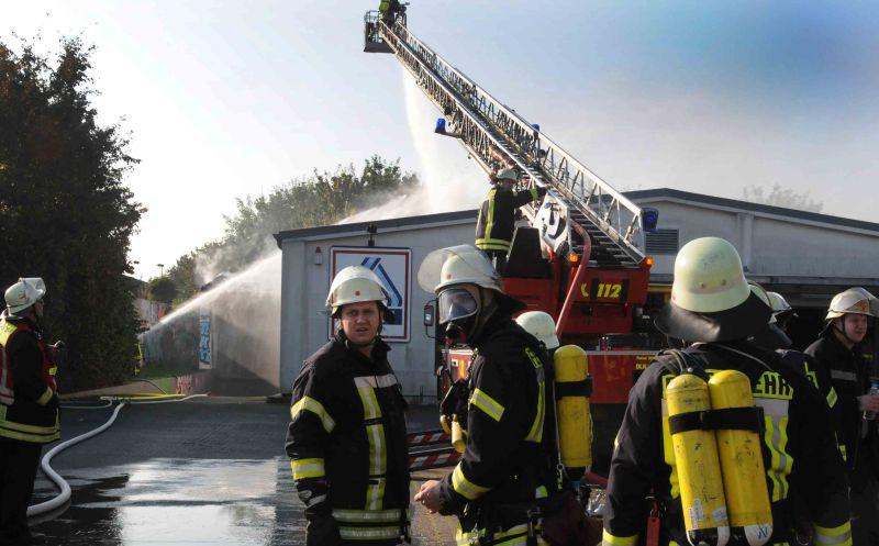 Über 80 Feuerwehrleute bekämpften am  Freitagmorgen den Brand des Aldi-Marktes am Roggenkamp in Bergkamen-Mitte. Fotos und Bilderstrecke: Ulrich Bonke)