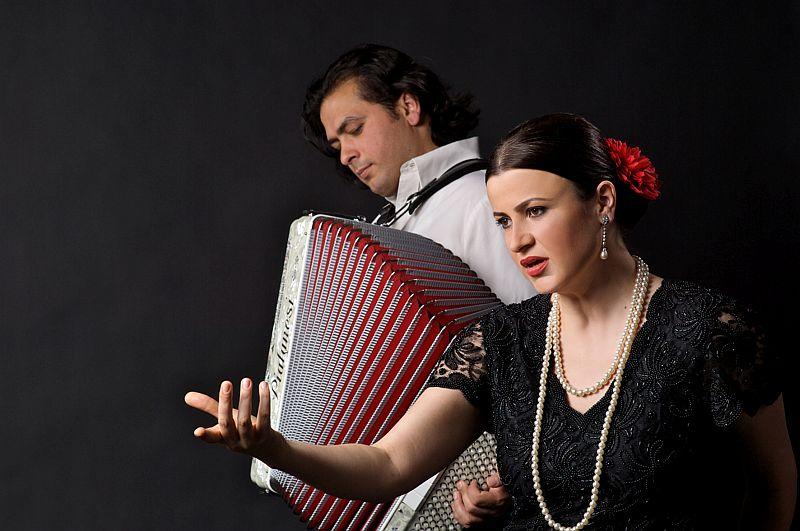 Oana C?t?lina Chi?u  und Dejan Jovanovi? spielen den Bucharest Tango im Trauzimmer der Marina Rünthe.