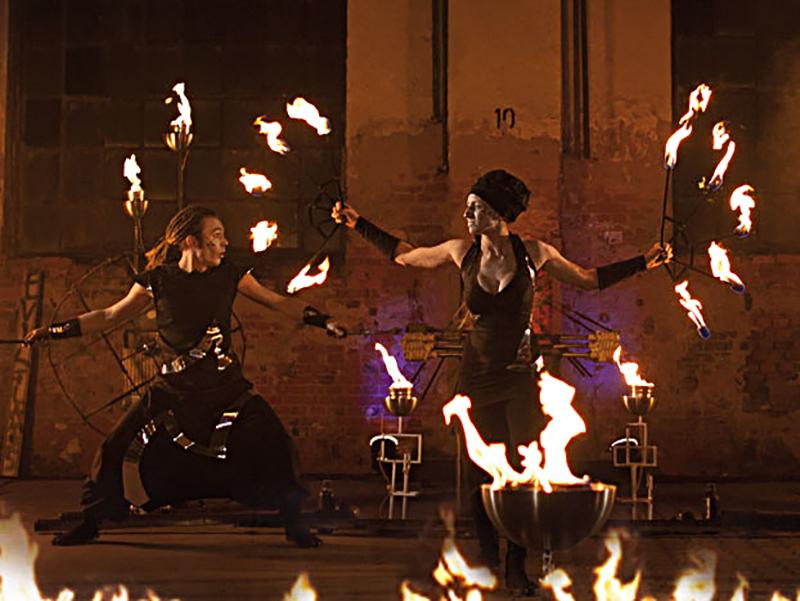 """Stündliche Shows mit den """"Evil Flames"""" vor dem Markttor"""