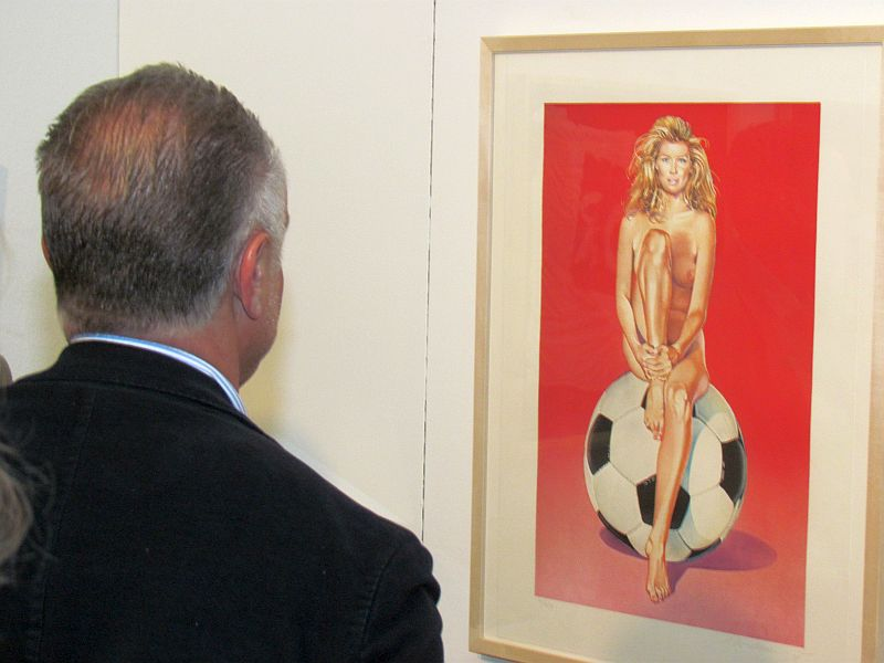 Dieser Siebdruck ohne Titel von Mel Ramos, den sich Michael Rummenigge genau anschaut, fällt fast jedem Besucher der aktuellen Ausstellung in der sohle 1 sofort ins Auge.