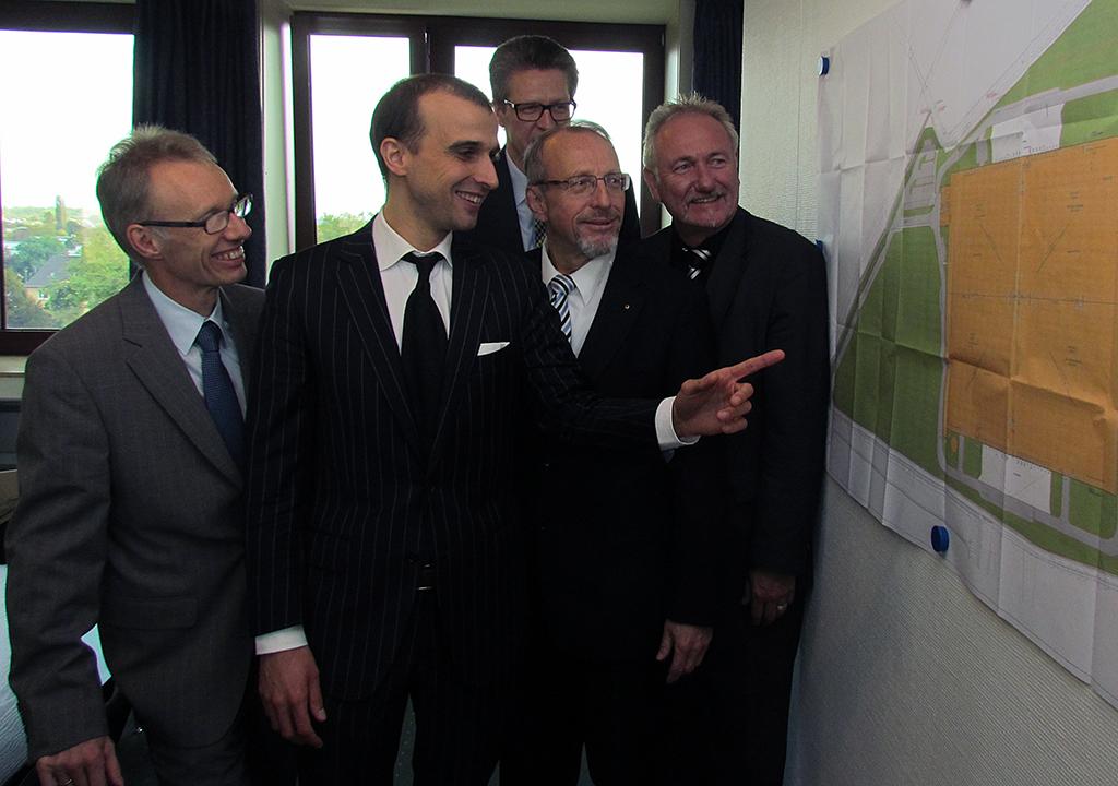 Auch der zweite Bauabschnitt des Logistikparks ist so gut wie verkauft (v.l.): Dr. Michael Dannebom (WFG Kreis Unna, Bernd Schäfer (Vorsitzender des Stadtentwicklungsausschusses, Roland Schäfer und Dr. Hans-Joachim Peters