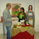 Jutta Eickelpasch rät am Infostand der Verbraucherzentrale zu heimischen Obst und regionalen Produkten (Quelle: privat)