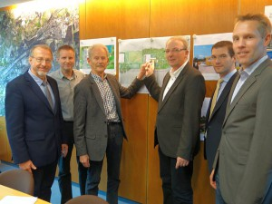 Die Baugenehmigungfür das Sport- und Jagdschießzentrum in Overberge liegt vor. Reinhard Middensorf (3.v.r.) und Prof. Dr. Lothar Reinken stellten das Projekt vor.