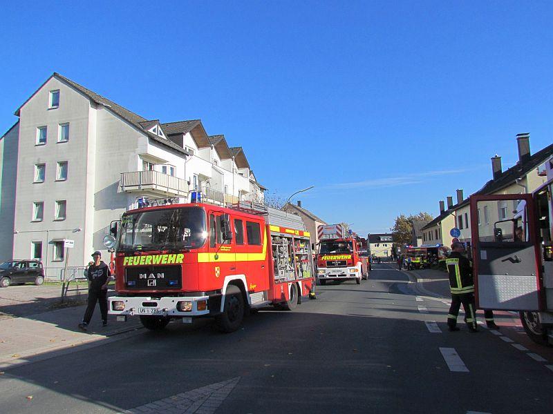 Brennender Unrat auf dem Balkon einer Dachgeschosswohnung in einem Mehrfamilienhaus an der Hochstraße sorgte für einen Großeinsatz der Bergkamener Feuerwehr.