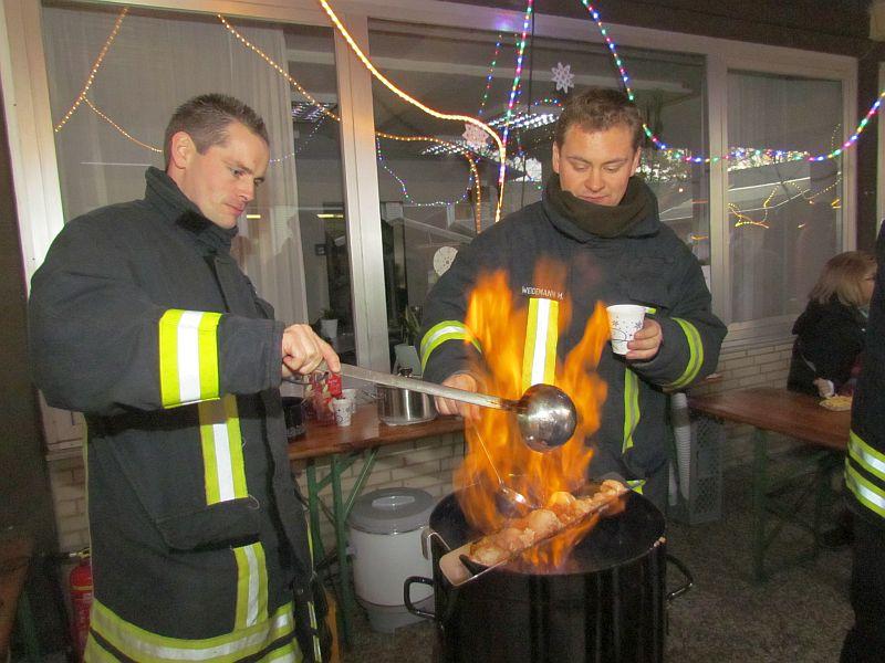 Die Löschgruppe Overberge hatte Feuerzangenbowle im Angebot - natürlich mit lodernden Flammen.