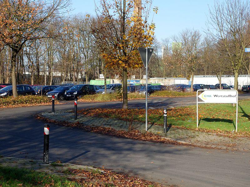 Bayer möchte das Gelände des Wertstoffhofs von der Stadt pachten. Im Vordergrund der Parkplatz, der in der Woche von Mitarbeitern von Bayer und der anderen Chemieunternehmen genutzt wird.