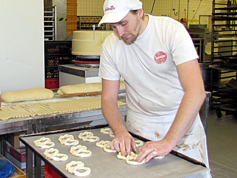 Flinke Finger formen den Teig für Puddingschnecken.