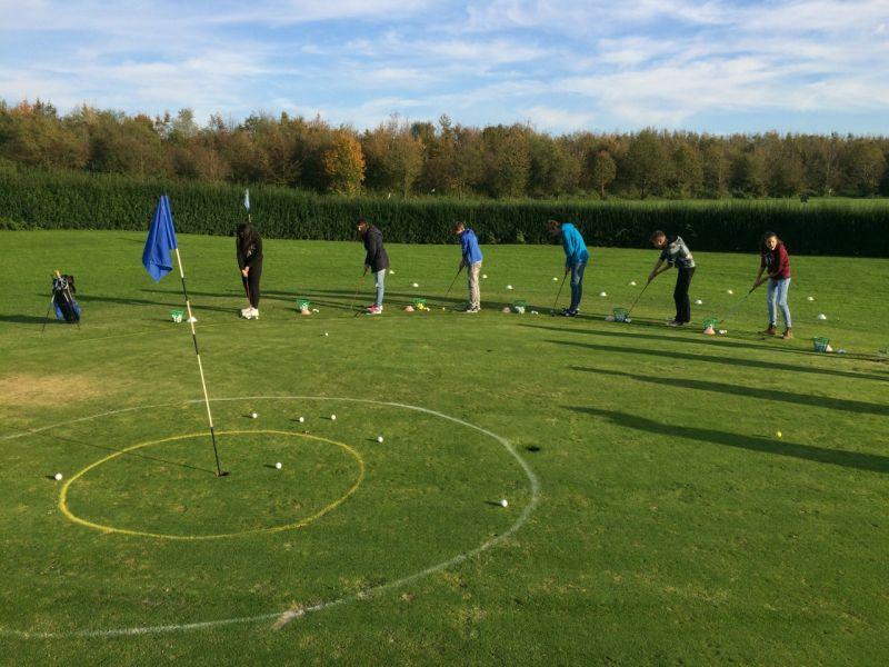 Die Golf-AG des Bergkamener Gymnasiums beim Golf-Training.