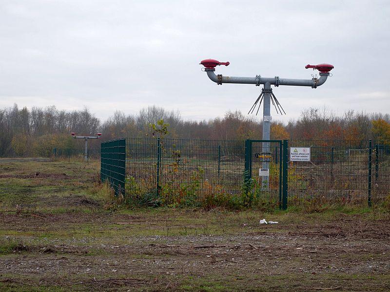 An den Gasabzugsanlage sind die Standorte der beiden Grimberg-Schächte heute zu erkennen. Die vordere Anlage gehört nicht mehr zum neuen Baugebiet.