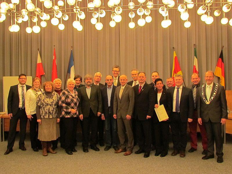 Die von Bürgermeister Roland Schäfer geehrten Stadtverordneten und sachkundigen Bürgerinnen und Bürger.