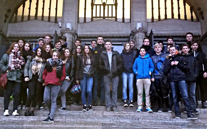 Die Realschüler aus Oberaden vor dem Portal der Synagoge in Essen.