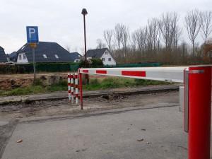 Die Schranke in höhe des ehemaligen Gesundheitshauses, bzw. Regenbogenschule soll verhindern, dass auf dem Grimberg-Gelände in Weddinghofen illegal Müll abgelagert wird.