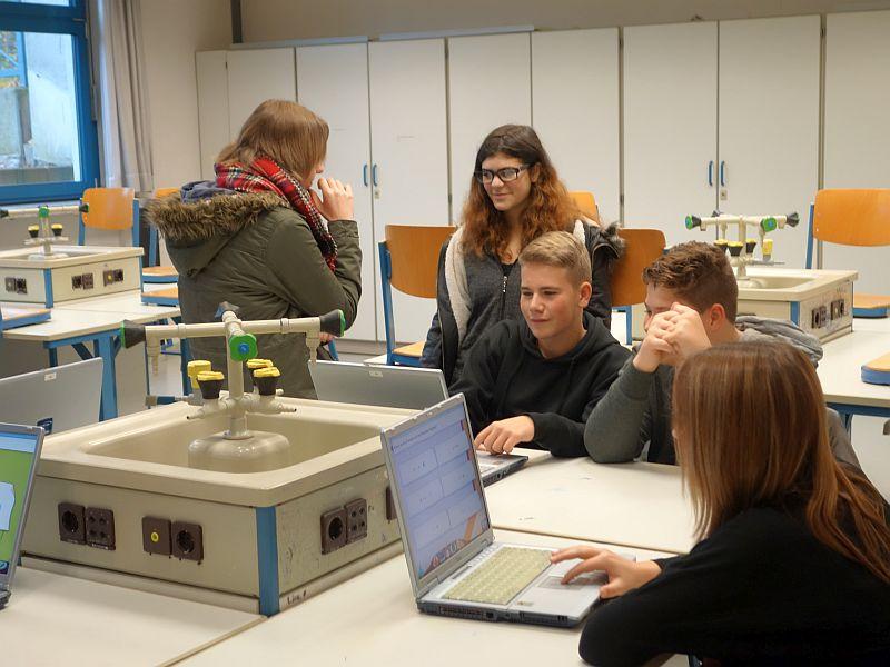Die Willy-Brandt-Gesamtschule verfügt inzwischen über eine fast vollständig ausgebaute Wlan-Struktur. Dadurch wird der Unterricht mit Laptops möglich. Künftig sollen in der neuen P@d-Klasse vor allem Tablet-Pcs eingesetzt werden.
