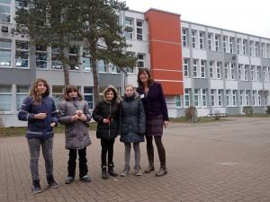 Abteilungsleiterin Manuela Scharfenberg mit Schülerinnen vor dem inzwischen sanierten Teil der Abteilung 5-7.