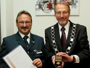 Walter Thiel (l.) mit Bürgermeuster Roland Schäfer bei der Überreichung der Ehrenmedaille der Stadt Bergkamen.