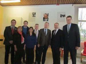 Ausstellungseröffnung (v.l.): Heiko Klanke, Ilka Detampel, Kay Schulte, MdL und Schulausschussvorsitzender Rüdiger Weiß, Peter Brandt, Roland Schäfer und SPD-Fraktionschef Bernd Schäfer