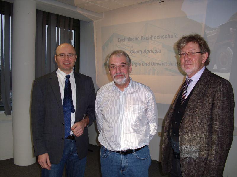 Das Foto zeigt von links nach rechts den stellv. Schulleiter Jürgen Artmann, Prof. Dr. Schaeffer von der TFH Georg Agricola zu Bochum und den Schulleiter der Fachschule/Fachakademie für Technik Klaus-Peter Rüsing