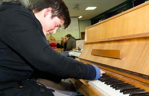 Spontan musikalische Töne anschlagen, sogar mit Gips: Musik an der Oberadener Realschule begeistert die Besucher.