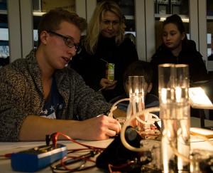 Auch im Physikraum leuchteten die Versuchsaufbauten verführerisch.