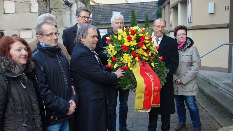 Kranzniederlegung am Mahnmal für die Opfer des Nationalsozialismus an der Lentstraße.