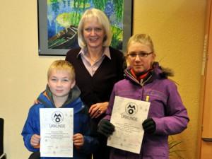 Schulleiterin Bärbel Heidenreich gratuliert den beiden erfolgreichen Teilnehmern an der Mathe-Olypiade  Maxcim Poggemann und Nina Seiler.