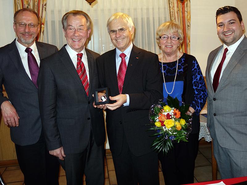 Willy-Brandt-Medaille (v.l.): Bürgermeister Roland Schäfer, Franz Müntefering, Wolfgang Kerak, Ute Kerak und Julian Deuse.