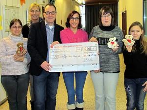Spendenübergabe mit Schülerinnen (v.l.): Fördervereinsvorsitzende Andrea Baudzus, Lydia Edelmann und Manuel Izdebski.
