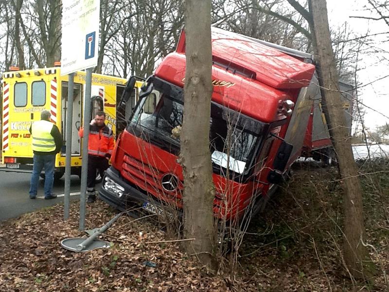 Ein Baum verhinderte, dass sich dieser Lkw ganz auf die Seite legte.
