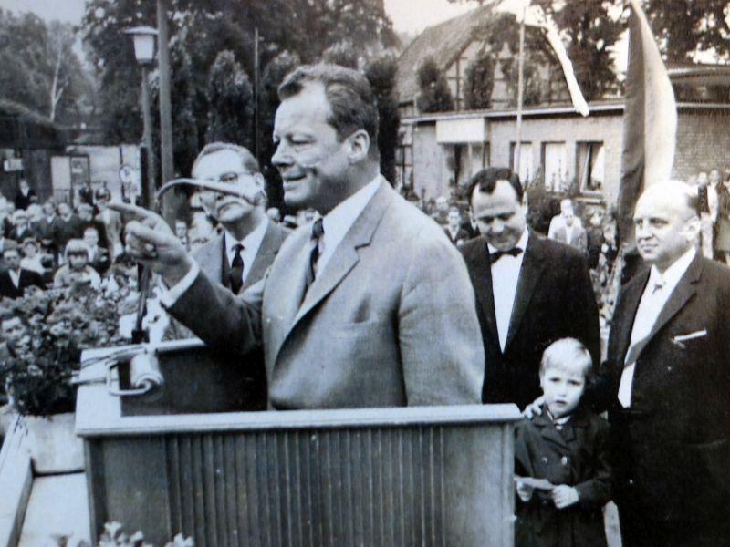 Kay Schulte, der stellvertretende Bürgermeister, hatte dieses historische Foto mitgebracht: Willy Brandt bei einer Kundgebung am 25. Juni 1966 vor dem Treffpunkt in Bergkamen.