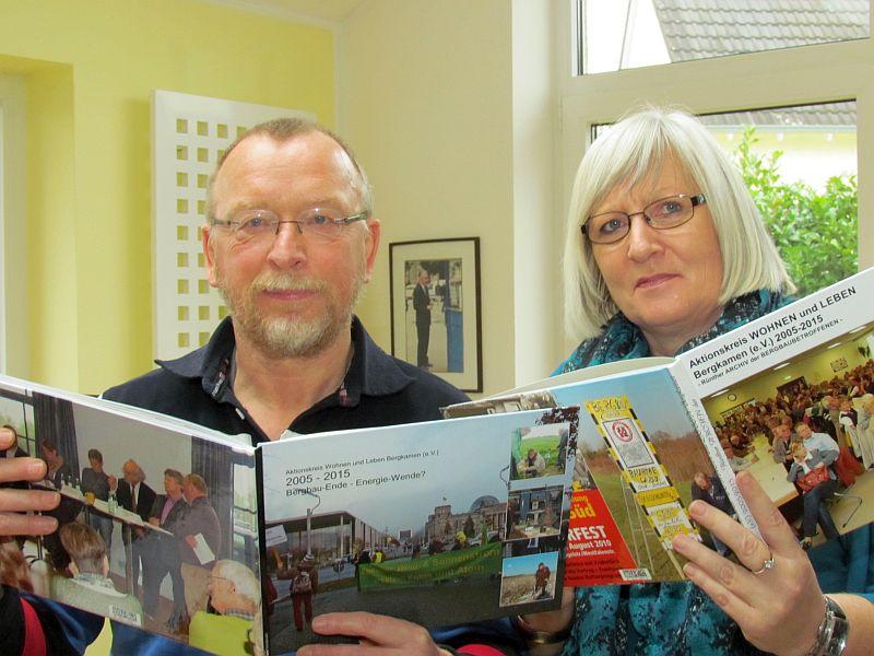 Karlheinz Röcher und die 2. Vorsitzende des Aktionskreises Ulrike Dahlmann präsentieren die Jubiläums-Fotobücher.