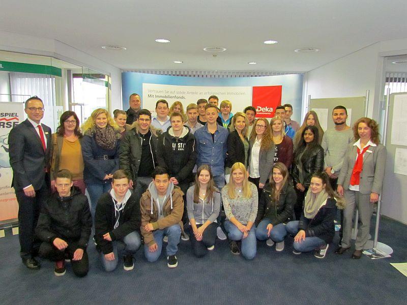 Die erfolgreichen Teilnehmerinnen und Teilnehmer am Planspiel Börse.