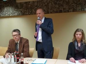 """GSW-Geschäftsführer Jochen Baudrexl stand im Treffpunkt zum Thema """"Bäderlandschaft"""" Rede und Antwort (rechts Fraktionsgeschäftsführerin  Julia Rehers, links SPD-Fraktionschef Bernd Schäfer)"""