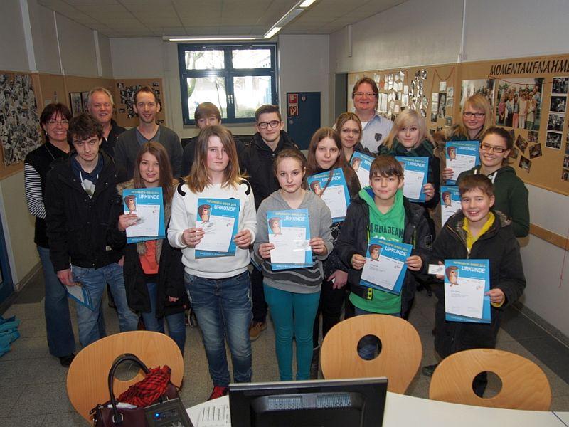 Die erfolgreichen Teilnehmer am Biber-Informatikwettbewerb und ihre Lehrerinnen und Lehrer.