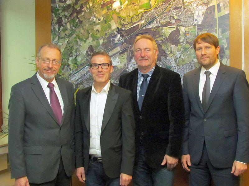 Das Amt für Bauberatung, Bauordnung und Hochbau hat wieder einen Leiter (v.l.): bürgermeister Roland Schäfer, Falk Stankowski, Dr. Hans-Joachim Peters und der stellvertretende Amtsleiter Tim-Felix Heusner.