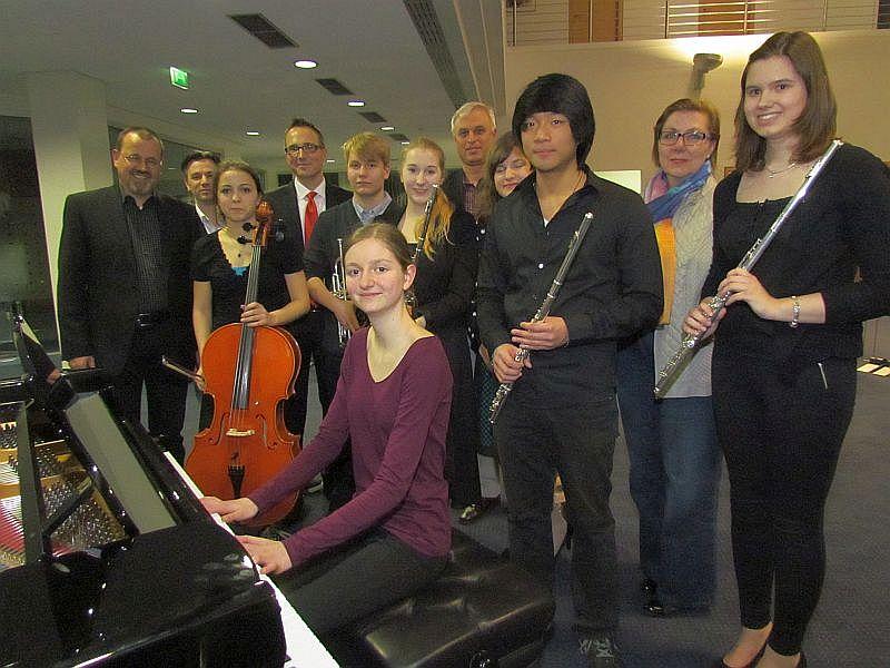 Die Teilnehmerinnen und Teilnehmer am Preisträgerkonzert der Musikschule am Dienstagabend in der Hauptstelle der Sparkasse Bergkamen-Bönen.